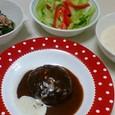 煮込みハンバーグ、ほうれん草のおひたし、野菜サラダ、豆腐のポタージュ