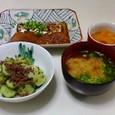 太刀魚と大根の煮つけ、胡瓜と牛肉の炒めもの、じゃがいもとねぎの味噌汁、缶詰の蜜柑