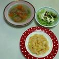 卵のトマトライス、ミートボールスープ、レタスとビーンズのサラダ