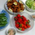 フライドチキン(フライドポテト、素揚げしたスナップエンドウ)、サラダ、ほうれん草のおひたし、イチゴ