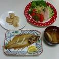 焼き魚―水カレイの一夜干し、オニオンドレッシングのサラダ、長芋のバター炒め、白菜としいたけの味噌汁