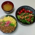 三色ごはん、ほうれん草とイカのサラダ、もやしの味噌汁