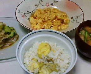 栗ご飯、カニ玉、きゅうりとキャベツのサラダ、麩と小葱の味噌汁