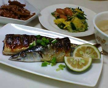 秋刀魚、蓮根の土佐煮、ホウレン草とウィンナーと卵の炒め物、豆腐とエリンギのスープ