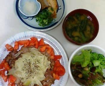 『シャリアピンステーキ風』を参考にした一品。ジャコ天(白いほうは玉葱天)。『サニーレタス・ビーンズ・ブロッコリーのサラダ。小松菜の味噌汁。