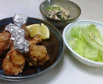 フライドチキン、小松菜の白あえ、林檎とレタスのサラダ