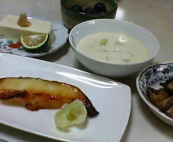 銀ダラの西京焼き、きのこのバターいため、冷奴、カリフラワーのスープ