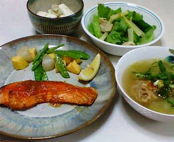 昨日の夕飯は、鮭のみそバター焼き、おぼろ豆腐、サラダ、イワシのつみれのスープ
