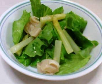 プリーツレタス、白アスパラガス、缶詰のホタテのサラダ