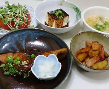 ぶりの照り焼き、冷やっこのごまダレ、ポテトとハムの焼肉のたれ煮、トマトと貝割れ大根のサラダ、卵のスープ