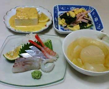 刺身、冷奴のみそダレ、ほうれん草といり卵のサラダ、大根と玉ねぎとセロリのスープ