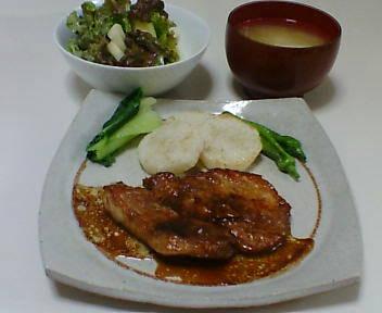 中華風ポークソテー、りんごとサニーレタスのサラダ、豆腐と玉ねぎの味噌汁