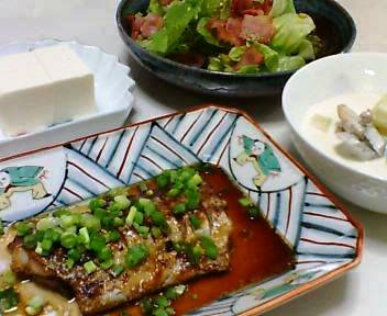 太刀魚の中華煮、鶏とごぼうのミルクスープ、レタスとベーコンのサラダ、冷奴