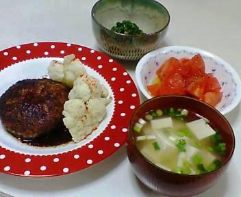 ハンバーグ、ピーマンの味噌煮、トマトのサラダ、豆腐とわけぎの味噌汁