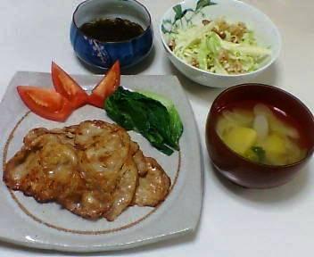 豚肉のしょうが焼き、キャベツとりんごとクルミのサラダ、もずく、ゴボウとじゃがいもと葱の味噌汁