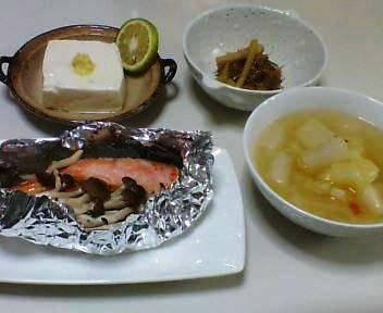 鮭のホイル焼き、セロリとじゃこのいため煮、温豆腐、野菜スープ