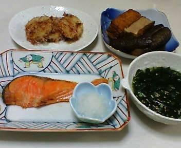 鮭の塩焼き、長芋のバターしょうゆ炒め、厚揚げとなすの含め煮、わかめスープ