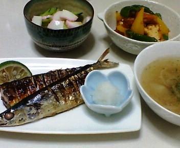 さんまの塩焼き、ピーマンと厚揚げのみそ炒め、きゅうりとかまぼこの酢の物、玉ねぎと合い挽き肉のスープ
