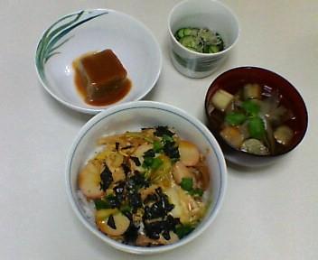 親子丼、きゅうりとじゃこの酢の物、ごま豆腐、麩とごぼうの吸い物