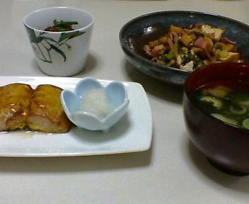 サワラの黄身照り焼き、厚揚げと高菜の炒め物、ほうれん草のごま和え、わかめとねぎの味噌汁