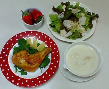 タンドリーチキン、レタスと豆腐とかまぼこのサラダ、カリフラワーのスープ、苺