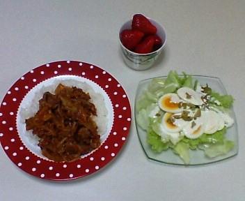 牛こま切れ肉と玉ねぎのトマト煮、卵とレタスのサラダ、苺
