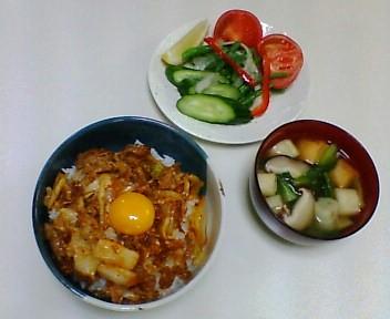 キムチ丼、サラダ・オニオンドレッシング、味噌汁(麩、青梗菜 、しいたけ)