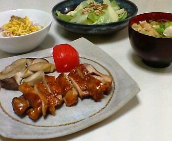 鶏肉の鍋照り焼き、レタスとりんごとクルミのサラダ、もやしと卵とかまぼこの酢の物、豆腐と油揚げの味噌汁