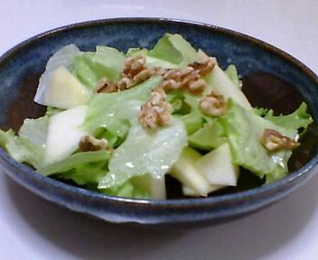 レタスとりんごとクルミのサラダ