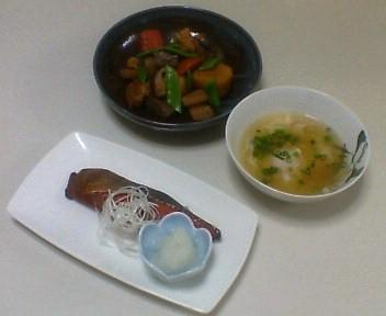 いり鶏、鮭のみりんしょうゆ漬けを焼いたもの、落とし卵のスープ