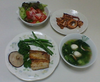(万能シーズニングソルトを振った)サワラの塩焼き、イカのバター焼き、小松菜のスープ、サラダ
