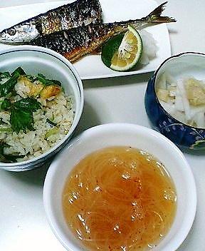 秋刀魚、混ぜご飯、缶詰のホタテと大根の千切りのあえ物、春雨のスープ