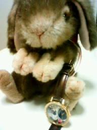 ウサギのぬいぐるみと装飾時計