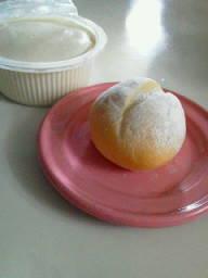 今日のウォーキング。豆の力屋分家「おぼろ豆腐」「豆乳パン」。